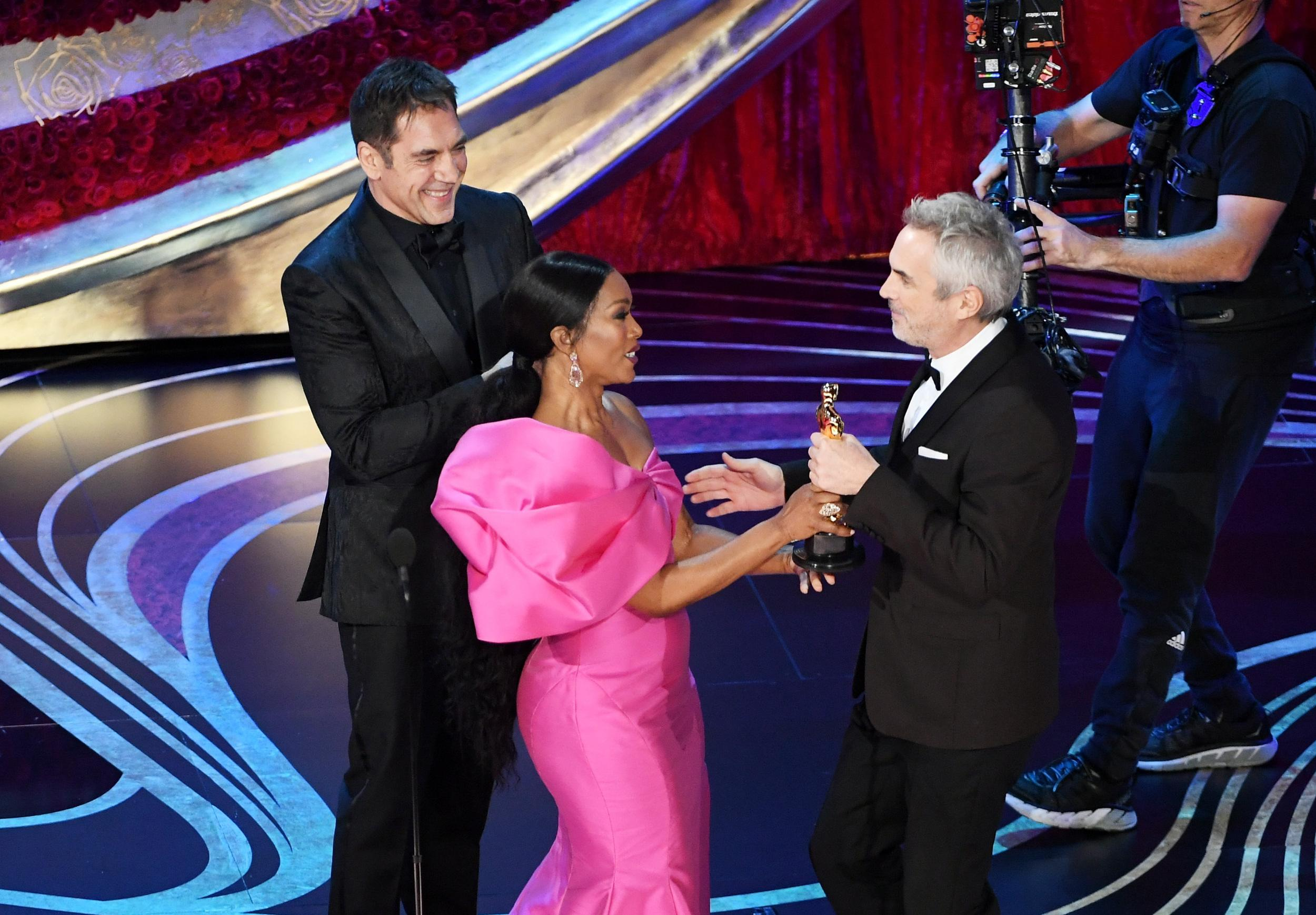 HOLLYWOOD, CALIFORNIA - FEBRUARY 24: (L-R) Javier Bardem and Angela Bassett present the Foreign Language Film award for 'Roma' to Alfonso Cuaron onstage during the 91st Annual Academy Awards at Dolby Theatre on February 24, 2019 in Hollywood, California. (Photo by Kevin Winter/Getty Images)