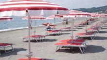Le regole in spiaggia: distanza anche in acqua
