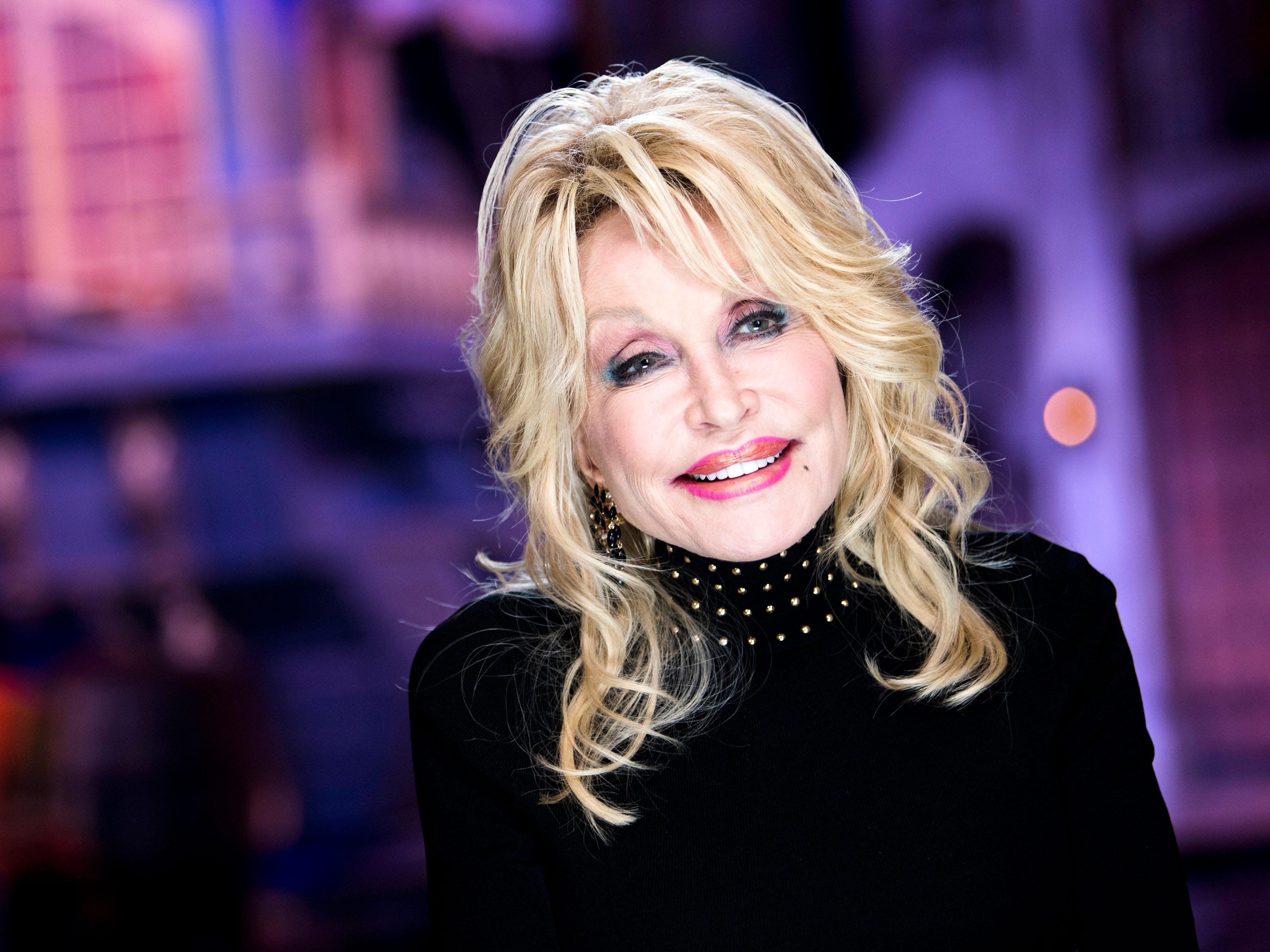 Dolly Parton Christmas.Dolly Parton Gets Her Own Hallmark Christmas Movie