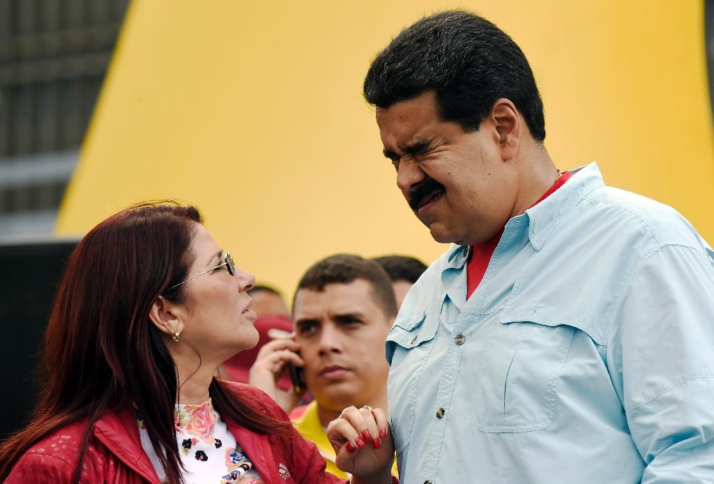 Venezuelan President Nicolas Maduro (R) gestures next to First Lady Cilia Flores during a rally in Caracas on August 8, 2015 (AFP Photo/Juan Barreto)