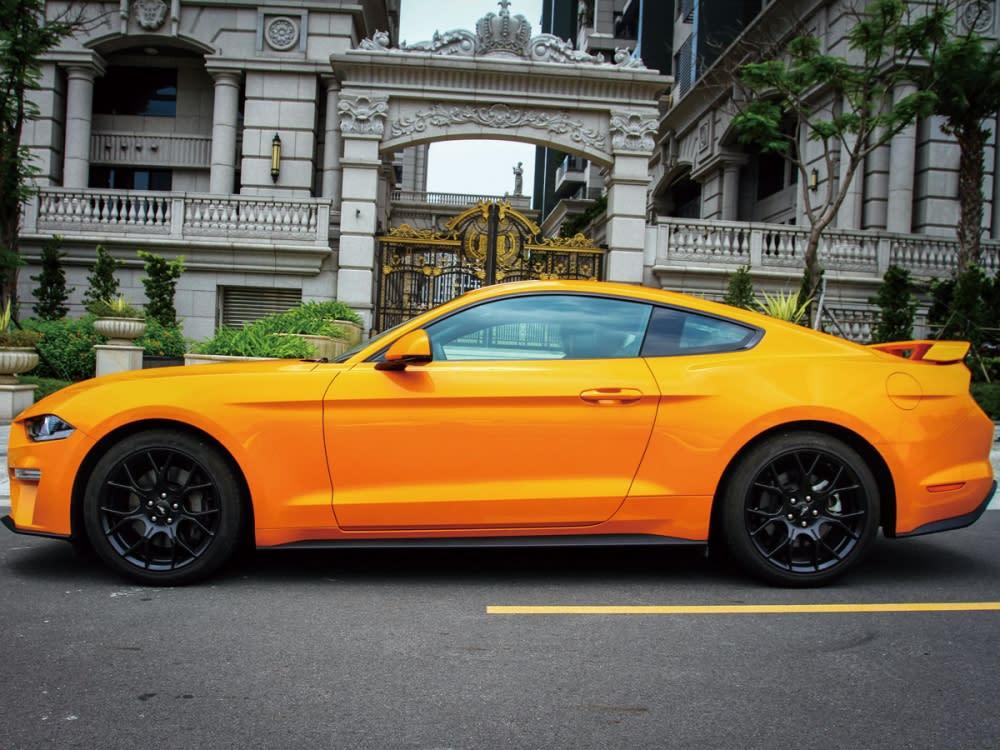 在如此引人入勝的美學設計與盡顯肌肉張力的野馬元素下,長車頭與短車尾比例、經典的水箱護罩、鯊魚頭造型、斜背式的車頂曲線與三道直列式的獨立尾燈等重要基因,仍舊完整體現於Mustang。