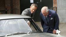 Prinz Charles besucht Daniel «007» Craig am Filmset