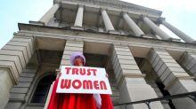 Ativistas protestam nos EUA por lei que condena aborto como homicídio