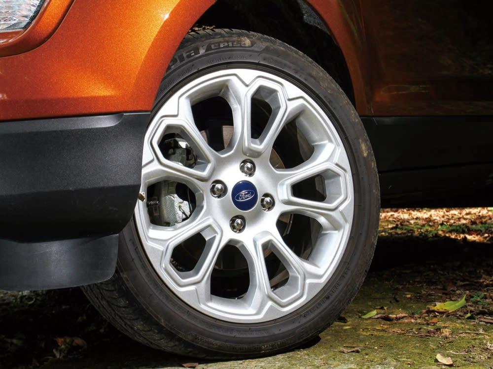 造型動感的全新17吋鋁圈,尺碼為205/50 R17。