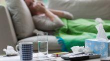 A letto con febbre e mal di gola. E' il virus che anticipa l'influenza. Quando vaccinarsi