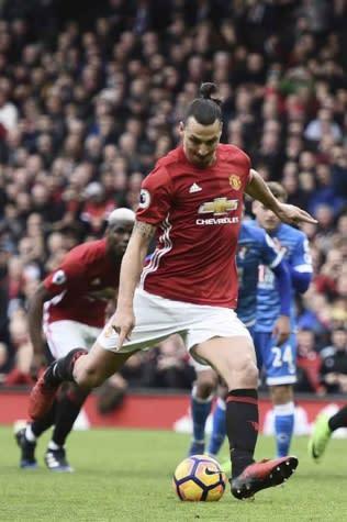 Ibrahimovic nega agressão a adversário: 'Pulou no meu cotovelo'