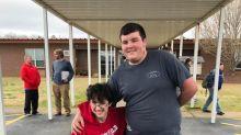 Estudante junta dinheiro por dois anos para comprar cadeira elétrica para amigo