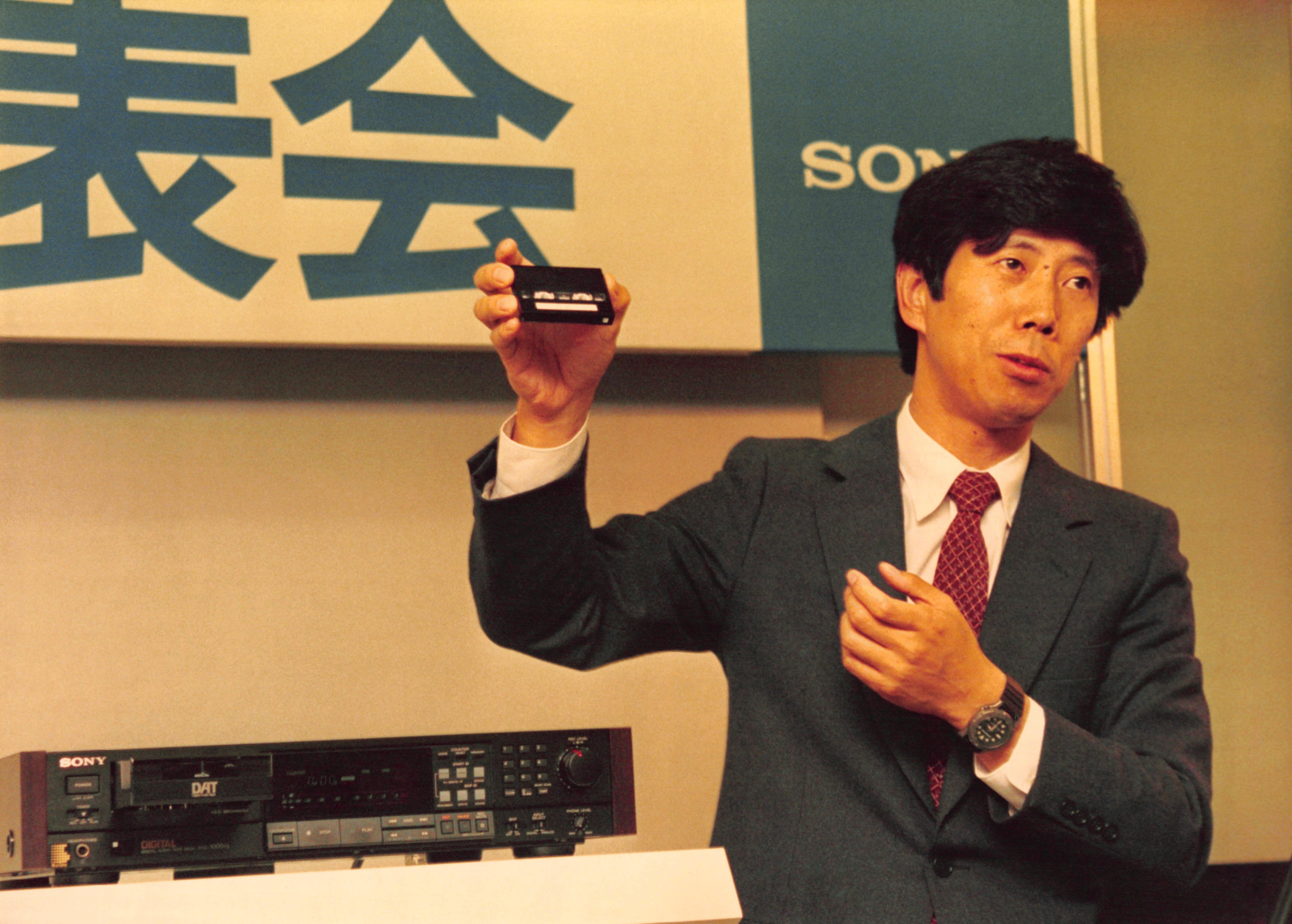 Sony présente le DAT, magnétophone digital en mars 1987 au Japon. (Photo by Kurita KAKU/Gamma-Rapho via Getty Images)