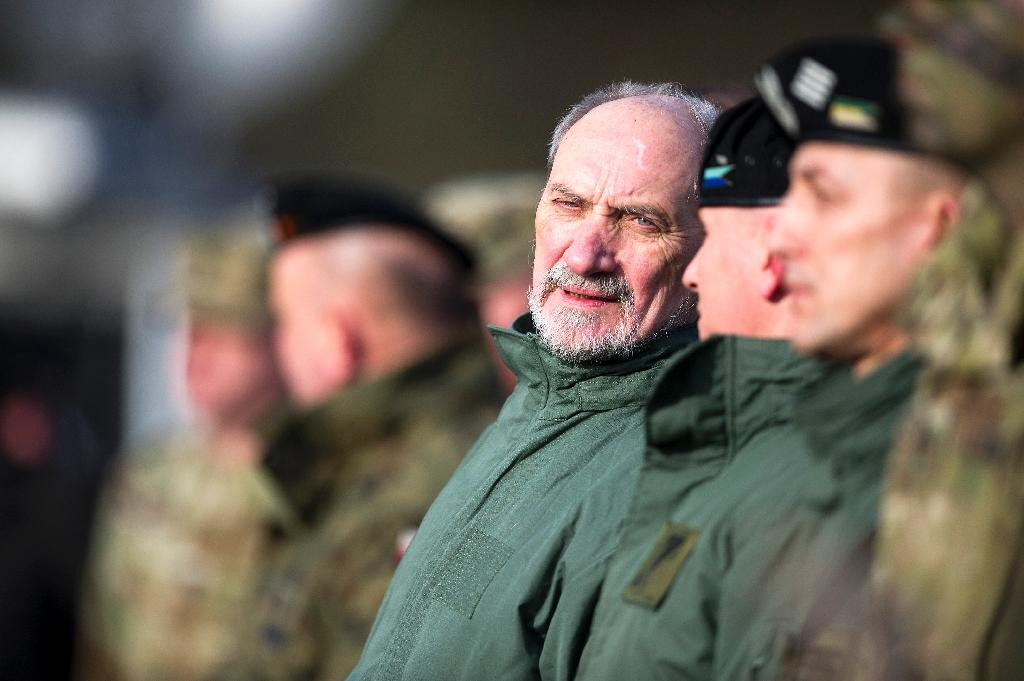 Polish Defense Minister Antoni Macierewicz (C), seen in January 2017, said he wants to stamp out all traces of the communist era in the military, by blocking promotions of servicemen who joined before the fall of the Iron Curtain in 1989