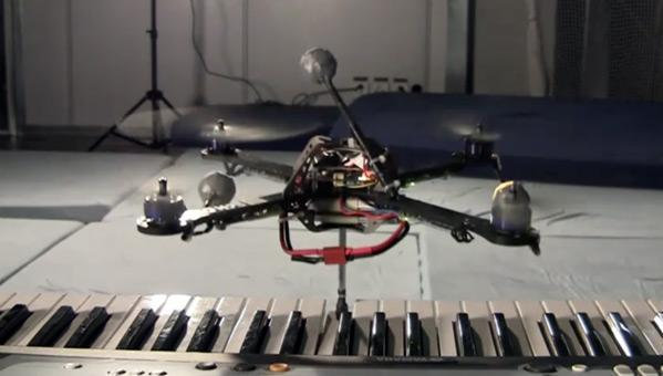 Quadrocopter plays the piano, wishes us a happy and complacent holiday (video)