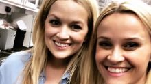 Reese Witherspoon presenta a su doble ¡y podrían pasar por gemelas idénticas!