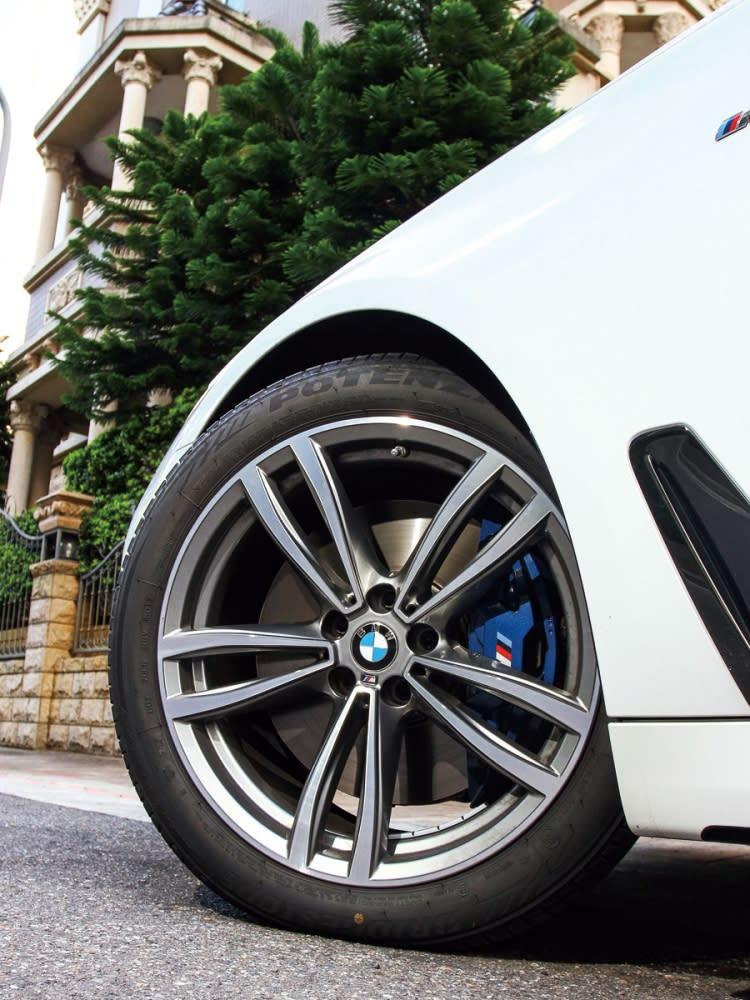 19吋M款五輻式鋁圈,搭配M款藍色煞車卡鉗,吸睛效果十足。