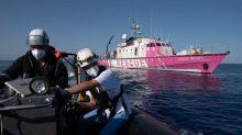 """Navire de Banksy : les gardes-côtes italiens évacuent 49 personnes """"fragiles"""""""
