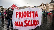 """""""L'anno inizia con 200mila supplenti"""". La protesta in piazza di studenti, insegnanti e sindacati"""