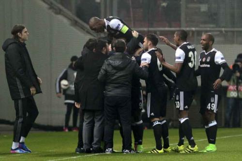 Zagueiro brasileiro comemora empate do Besiktas na Liga Europa