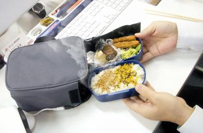 """USB powered lunch bag will keep your food hot while you """"work"""""""