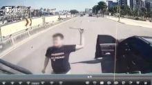 被按一聲喇叭 火爆駕駛攔車狂砸貨車