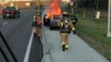 Bomberos salvan un regalo de un auto en llamas