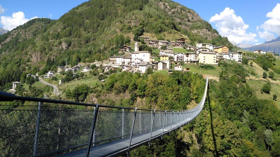 In provincia di Sondrio apre il ponte tibetano più alto d'Europa