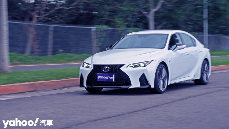 跑格煉成陣下的折衷之作!2021 Lexus小改款IS300h F Sport試駕 - 13