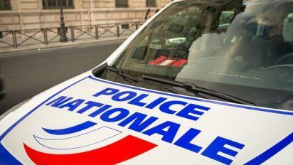 Il traîne un policier accroché à sa portière