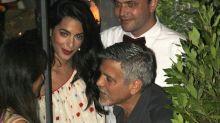 Amal y George Clooney disfrutan de noche con amigos