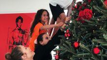 """Jennifer López presume de su gigantesco árbol de Navidad; es """"tan alto"""" como el de Rockefeller"""