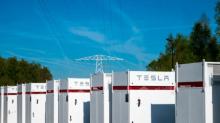 Tesla bringt ersten Großspeicher in Europa ans Netz