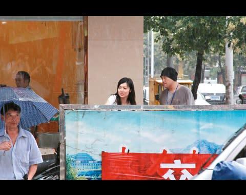 齊齊入貨 兩人在街頭避雨時,翠翠幾乎跟韋家雄零交流。