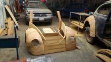 Construye un coche de madera y recorre 21.000 km para regalárselo a su hija por su cumpleaños