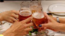 El nuevo truco de las compañías cerveceras para que bebamos más