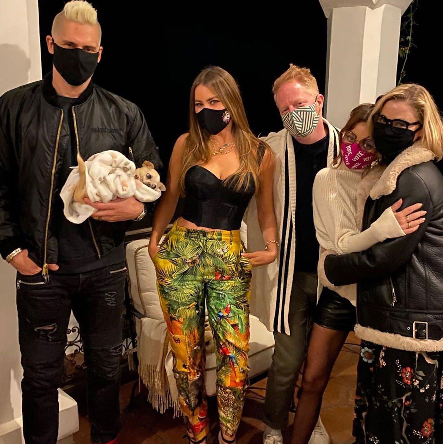 Sofia Vergara Sarah Hyland And More Gather For Mini Modern Family Reunion So Much Fun