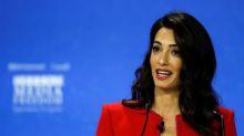 Amal Clooney renuncia a rol de enviada Reino Unido por violación a derecho internacional