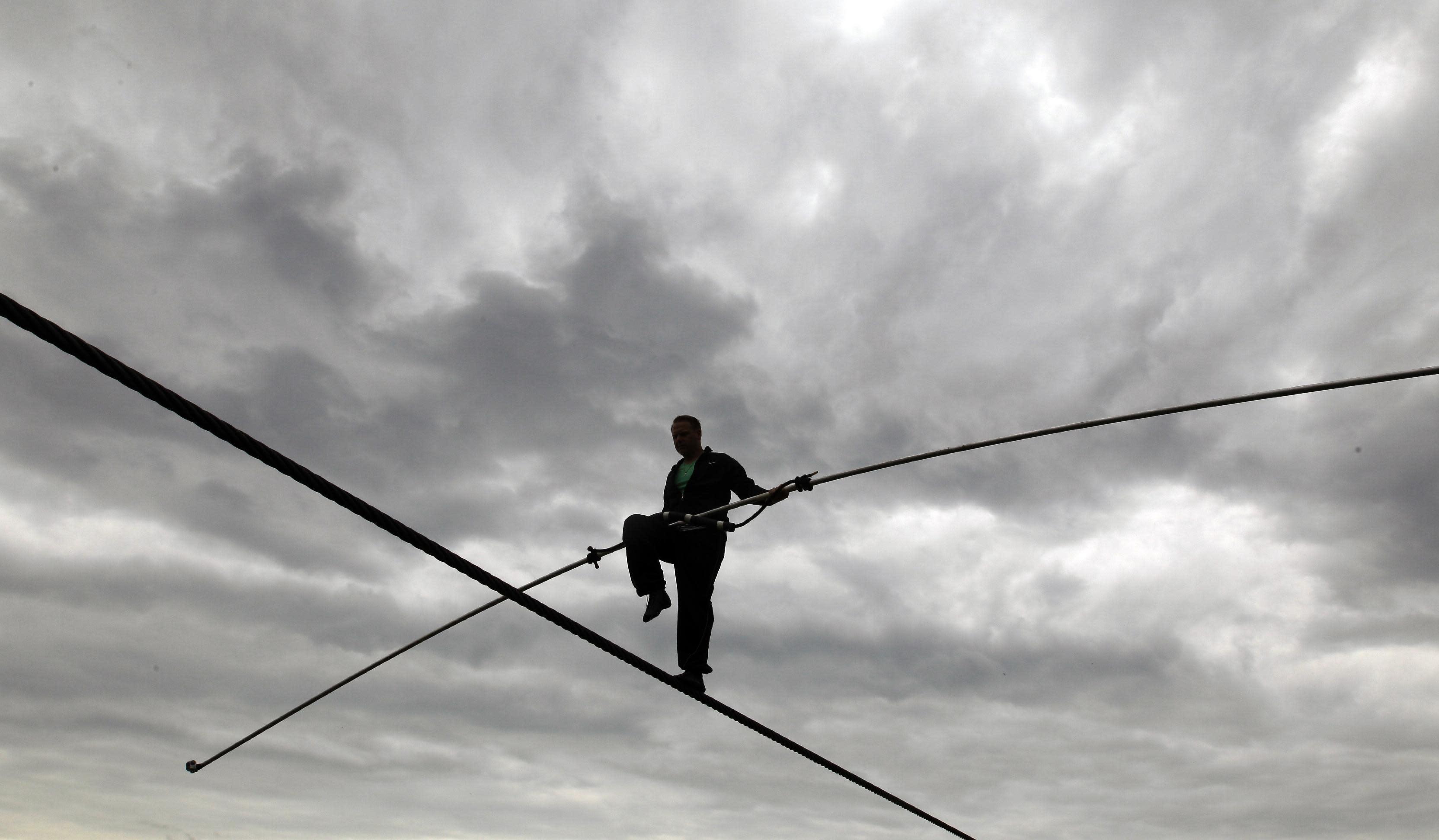 Wallenda to be tethered to Niagara Falls tightrope