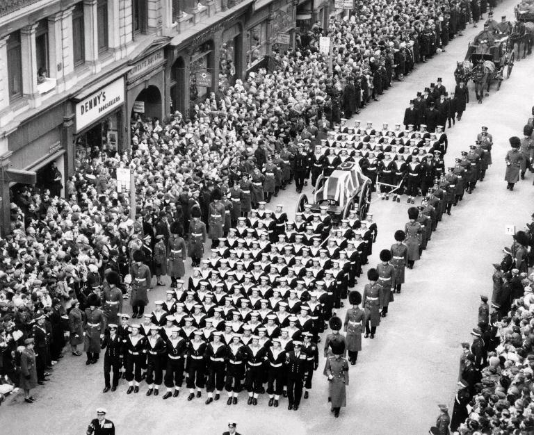 Marines lead the funeral march escorting Britain's former PM Winston Churchill's coffin as the crowd pays respects on Ludgate Hill in London, on January 30, 1965 (AFP Photo/-)