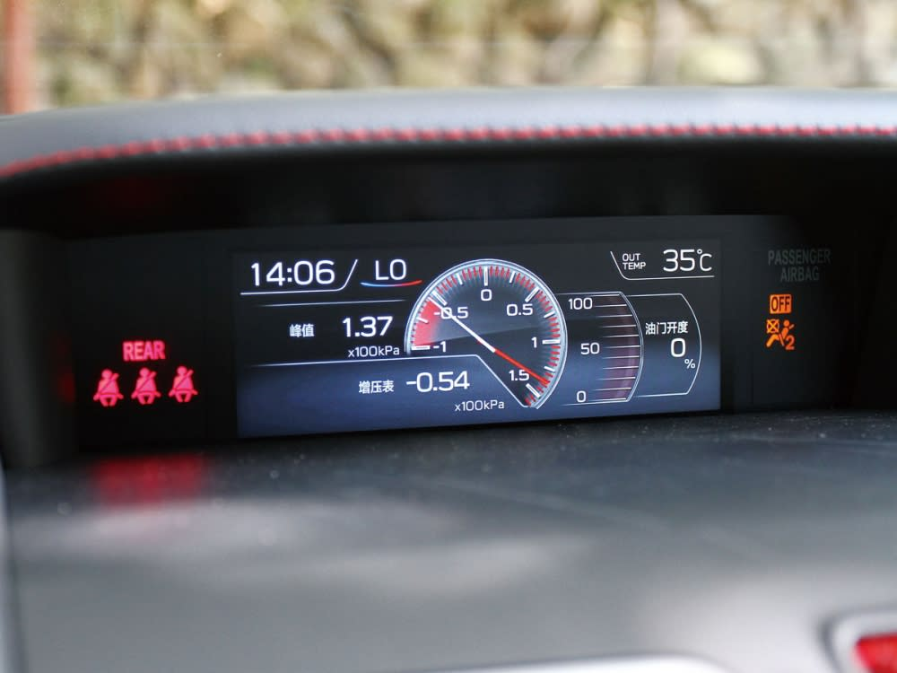 5.9吋多功能行車資訊顯示螢幕,提供了渦輪壓力的顯示。