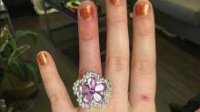 Vende la casa per regalarle il perfetto anello di fidanzamento. Ma sembra bigiotteria