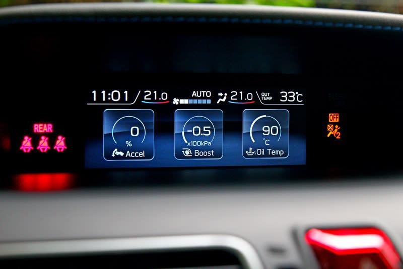 中控中央資訊幕提供四驅狀態及渦輪車所需的增壓值。