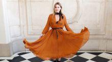 Blusenkleid trifft Boots: Auf diese Kombination setzen modische Ladys im Herbst