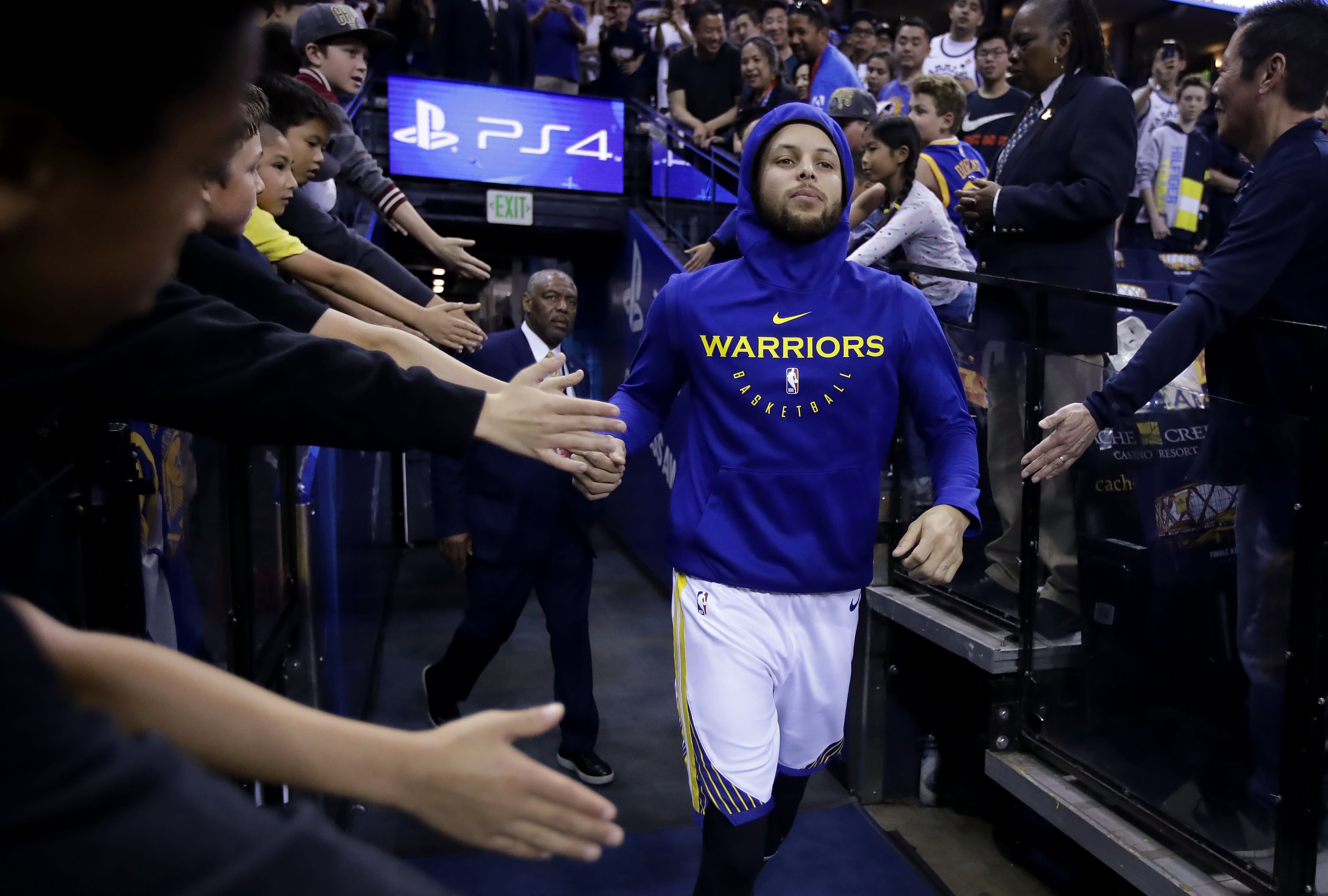 21e681a2f004d4 Golden State Warriors' Stephen Curry greets fans as he takes the court for warm  up shots prior to an NBA basketball game against the Los Angeles Clippers  ...