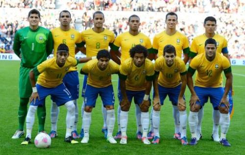 La selección brasileña de fútbol olímpico posa a los fotógrafos antes de su partido preparatorio contra Gran Bretaña