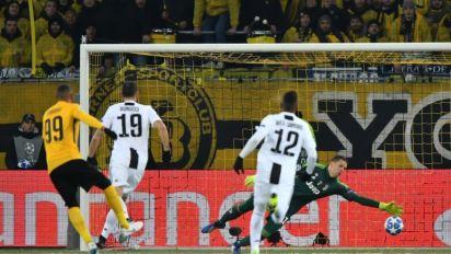 Hoarau brace beats Juve but Italians pip Man United for top spot