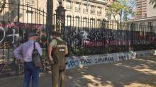 Por segunda vez en cinco días, atacaron la embajada argentina en Chile