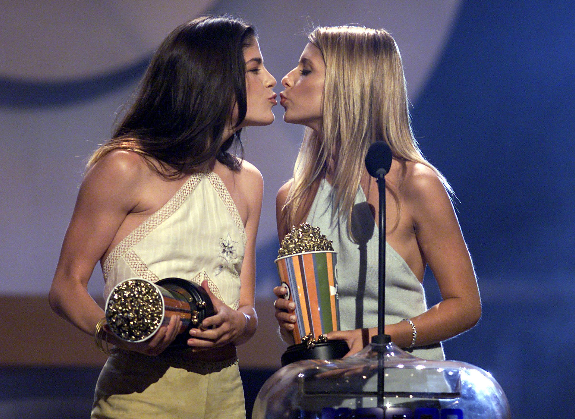 sarah-michelle-gellar-lesbian-kiss