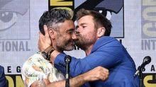 Chris Hemsworth no puede dejar de besar a sus compis de Thor 3