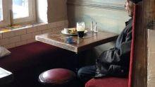 Una birra e una sveglia: la foto dell'uomo solo al pub diventa un simbolo delle norme anti covid
