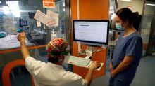 Empieza a bajar el número de hospitalizados en Cataluña y sigue el retroceso del virus