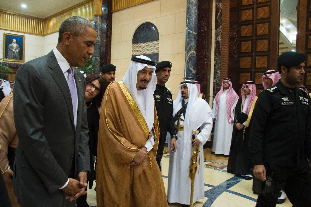 US President Barack Obama (L) speaks with King Salman bin Abdulaziz al-Saud of Saudi Arabia at Erga Palace in Riyadh, on April 20, 2016 (AFP Photo/Jim Watson)