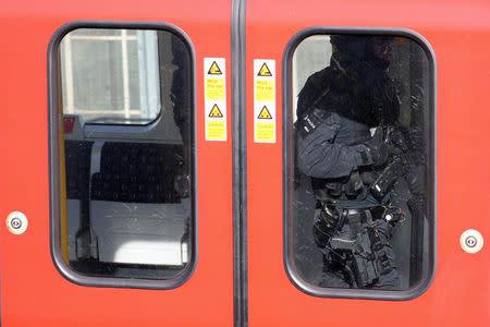 Polícia inspeciona metrô após incidente com bomba em Londres