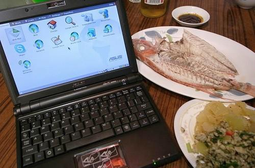 Black EeePC 900 appears in the wild, goes well with dinner